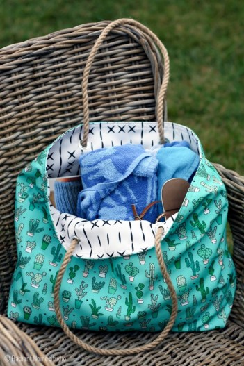 DIY beach tote bag. DIY crafts to make and sell on etsy. 14 DIY Crafts to Make and Sell on Etsy: I always need extra money! Making trending crafts to sell online is just genius! I love that Etsy is for us crafty people to make some extra money through DIY projects. For others like me us crafty people will love this post! For sure pinning for later! Maybe one day I'll start my own side hustle business!