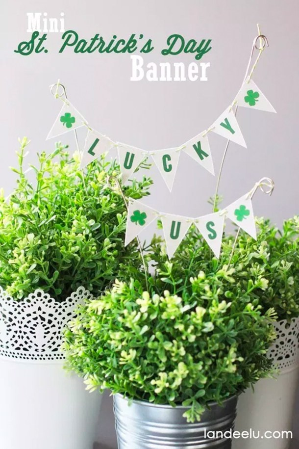 Mini St. Patrick's Day Banner | These adorable St. Patrick's Day decorations are perfect for a weekend of celebrating the lucky holiday. These DIY decorations will fit a great with your farmhouse rustic home decor while being festive at the same time! Choose from St. Patrick's inspired tablescapes, DIY signs, shamrock garlands or mini banners that work in desserts and centerpieces! #xokatierosario #stpatrickdaydecor #stpatricksdaydiycrafts #farmhousehomedecor