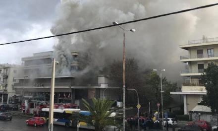 Σοβαρές ζημιές από την πυρκαγιά στο πολυκατάστημα Δαναός στον Χολαργό