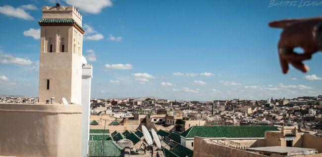 ¿Crees en el amor? Una mano señala una mezquita