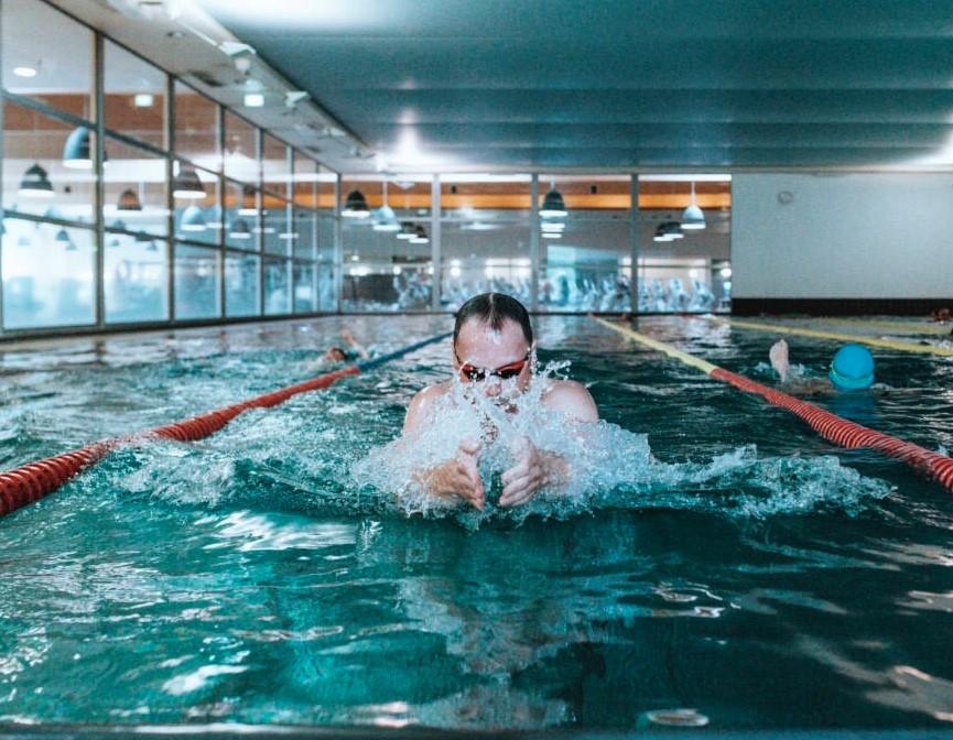 Schwimmtrainer Alexander Steinhart beim Brust-Schwimmen