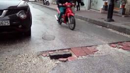 ΠΟΛΛΕΣ ΟΙ ΠΑΓΙΔΕΣ ΓΙΑ ΟΔΗΓΟΥΣ ΚΑΙ ΠΕΖΟΥΣ ΣΤΑ ΣΗΜΕΙΑ ΤΩΝ ΕΡΓΩΝ ΤΗΣ ΔΕΥΑΚ: Επιθεώρηση των δρόμων της πόλης χθες από συνεργείο για τις λακκούβες