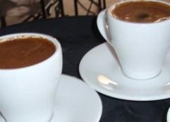 Όσοι πίνουν πολλούς καφέδες, ίσως έχουν τα κατάλληλα «πικρά» γονίδια (το ίδιο και όσοι είναι φανατικοί του τσαγιού)