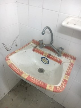 Αυτοψία σε σχολεία [Καινούριος νιπτήρας σε τουαλέτα που αχρηστεύθηκε]