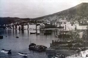 Τα μεγάλα πλοία αγκυροβολούσαν στα ανοιχτά και η φόρτωση των καπνών γινόταν με μαούνες από τις ξύλινες προβλήτες.