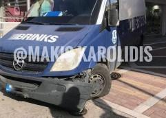 """ΠΕΖΟΔΡΟΜΟΣ ΠΑΥΛΟΥ ΜΕΛΑ: Το φορτηγό """"σκάλωσε"""" στο κολωνάκι"""