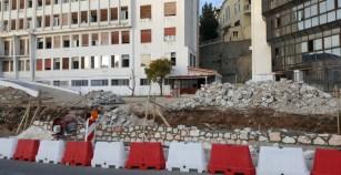 Άρχισε να υψώνεται ο νέος τοίχος στο παλιό νοσοκομείο