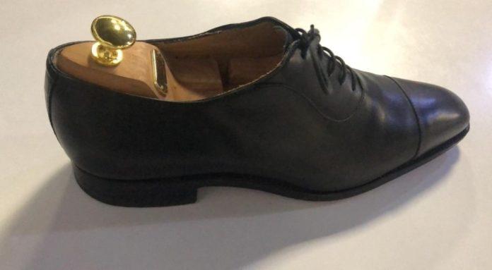 Modèle de chaussure en cuir avec l'embauchoir installé