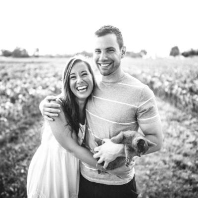 Sposi felici in mezzo ad un prato