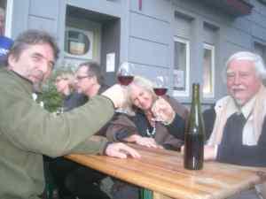 In der Heimat Hochfeld beim Roten: Willhardt (links) mit Kunsthistoriker Roland Günter. Foto: Icke