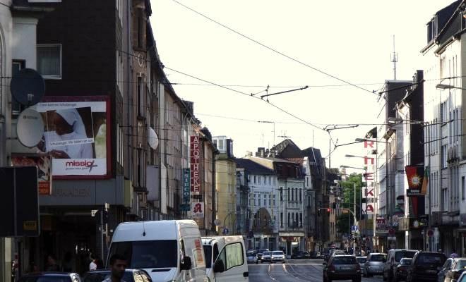 Wanheimer Straße: Unter den Schatten spendenden Hochfeldarkaden an der Wanheimer Straße gibt es nichts, was es nicht gibt.
