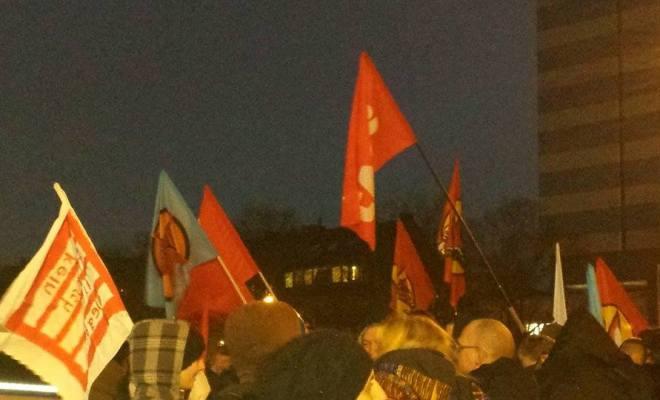 Rote Fahnen über Duisburg:Anti-Pegida-Demo