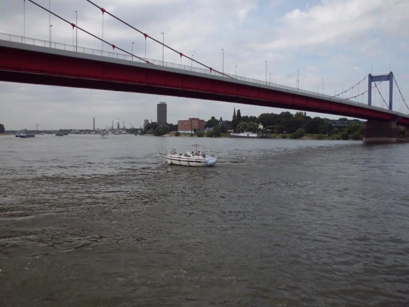 Friedrich-Ebert-Brücke und Sportboot - (c) Reinhard Matern