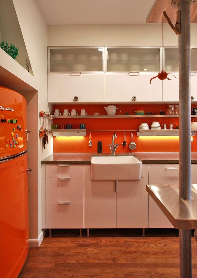 modern kitchen backsplash remodel orlando 欧美家居 2018年春季厨房趋势 现代厨房的典范 雪花新闻 后挡板 现代工业厨房与辉煌的橙色飞溅