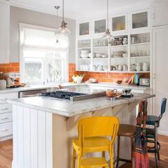 Modern Kitchen Backsplash Soap Caddy 欧美家居 2018年春季厨房趋势 现代厨房的典范 雪花新闻 白色的开朗现代厨房 配有智能平铺橙色后挡板