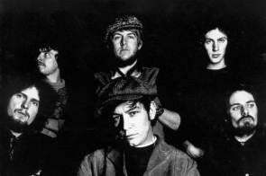 """Das Lied wurde als Single im Frühjahr 1970 veröffentlicht und war der erste Billboard Hot 100 Hit der Band. """"Spill The Wine"""" schaffte es auf Platz 3 der Chartliste in den Vereinigten Staaten, Kanada und Australien. In den Niederlanden wurde Platz 15 erreicht, in Deutschland Platz 28."""