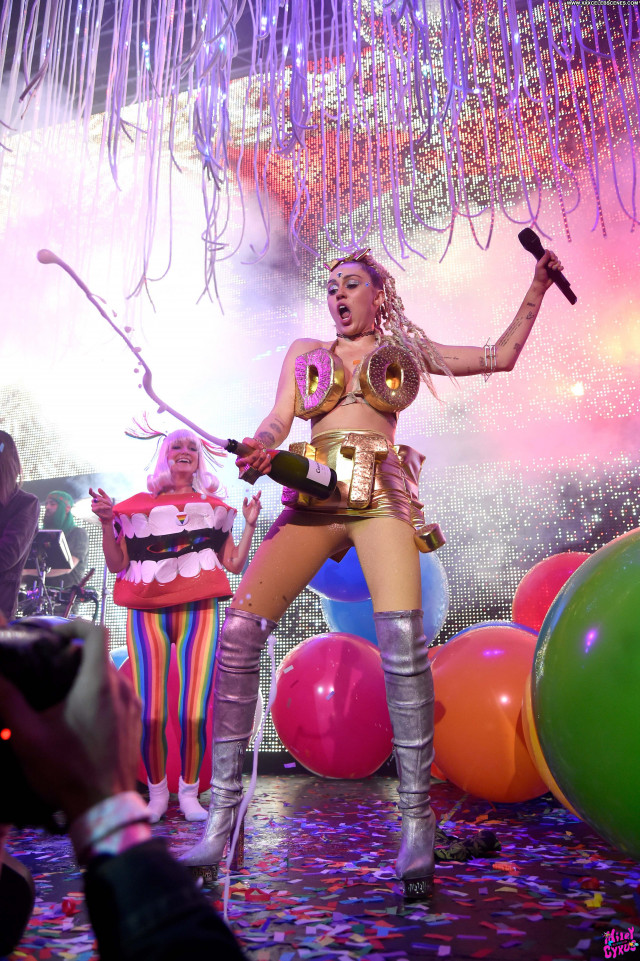 Miley Cyrus Celebrity American Singer Beautiful Posing Hot Live Babe