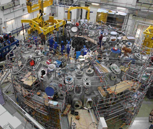 Panoramaaufnahmen beim Umsetzen des letzten Moduls auf das Maschinenfundament des Wendelstein 7-X