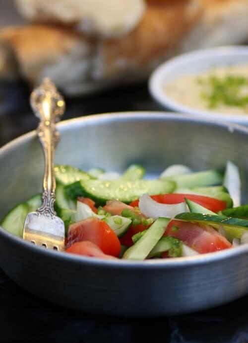 ירקות חתוכים גס בתוספת לממרח שעועית לימה נפלא.