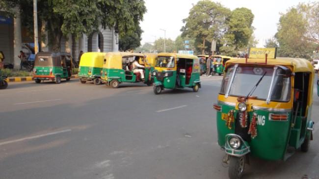 A New Delhi attroupement de triporteurs verts et jaunes