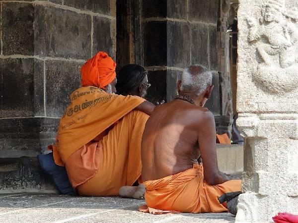 Inde du sud 2 hommes de dos assis par terre