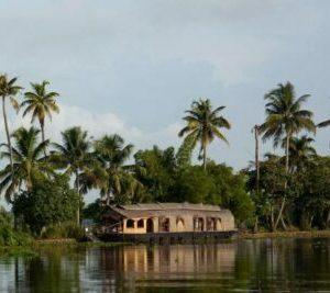 Kérala bateau hôtel voguant sur un canal
