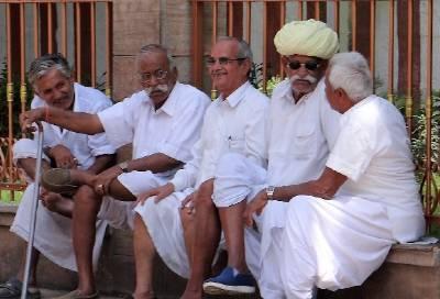 Vieux hommes papotant sur un banc