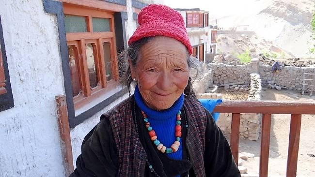 Ladakh visage d'une vieille femme souriante avec collier et bonnet traditionnel