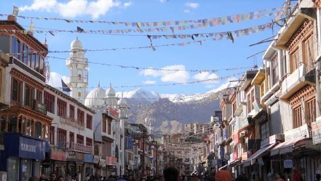 Ladakh rue avec des drapeaux dans le ciel