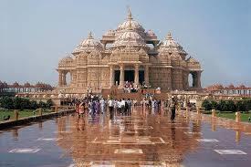 Inde New Delhi dome d'un temple avec bassin d'eau devant