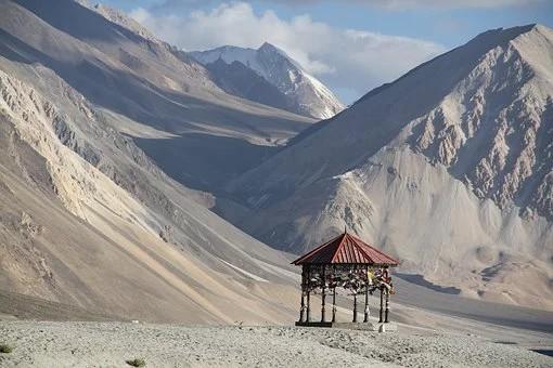 Ladakh kiosque sur fond de montagnes