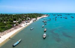 Plage et mer turquoise avec bateaux vue du ciel