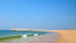 Plage de sable et clapotis de la mer au bord