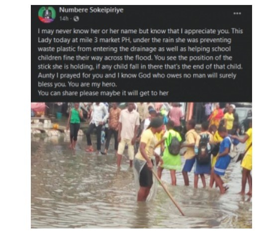 Lady Praised for Helping School Children Cross a Flooded Market in Port Harcourt