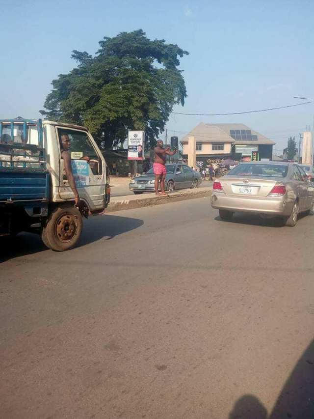 mad man - Man suddenly runs mad in Owerri as people call on the commissioner for happiness to proffer a solution