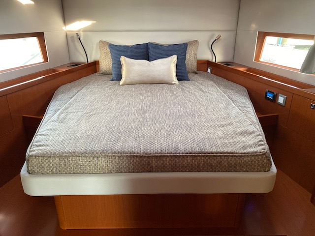 Oceanis 55.1 Master bed mattress