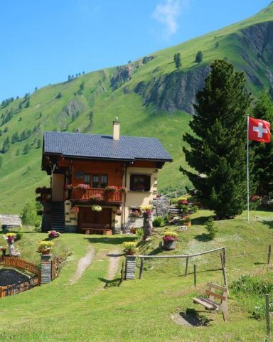 Trek du tour du mont blanc chalet suisse