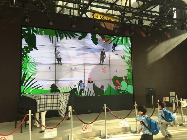 我們後來穿越了只有地下開放的Kid Plaza,玩了一下螢幕遊戲這樣XD. 已經很嗨了!