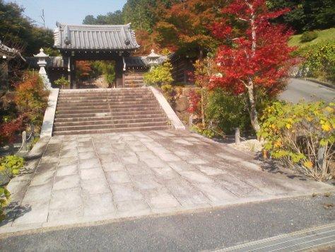 由緒ある山門で、秋には紅葉がとてもきれいです