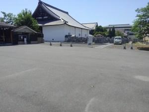 駐車場より墓地へはフラットな通路