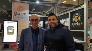 Carlos-de-Al-Grano-visitando-el-stand-de-Yantarplus