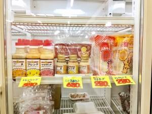 冷蔵庫に並べられているマヨネーズとドレッシング