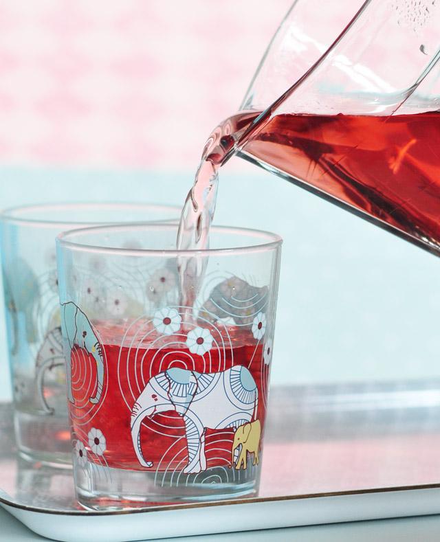 Un thé glacé à l'hibiscus, à la belle couleur rouge!
