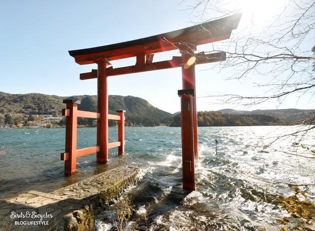 La torii d'hakone les pieds dans l'eau!