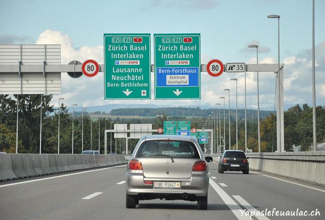 Panneaux sur l'autoroute suisse