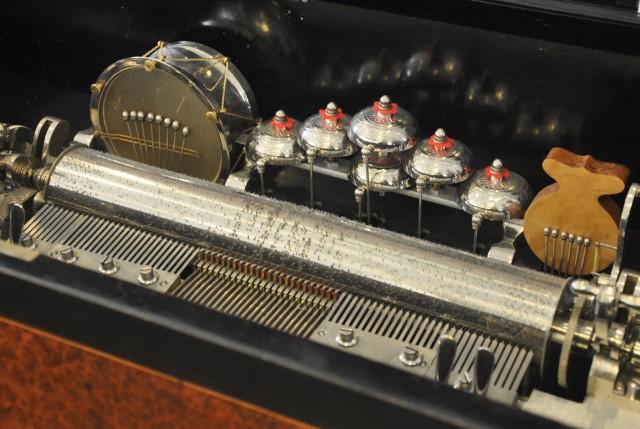 Le détail d'un mécanisme de boîte à musique- Visite du CIMA, le centre international de le mécanique d'art à Sainte-Croix. Crédit photo: Yapaslefeuaulac.ch