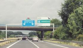 La couleur des panneaux d'autoroute est carrément inversée entre la Suisse et la France - en tant qu'expat c'est facile de se planter de voie!