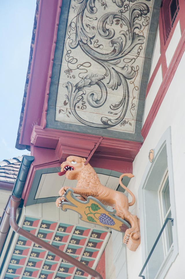 Patrimoine helvétique: Une sculpture de lion sous un des Dachhimmel! Crédit photo: yapaslefeuaulac.ch