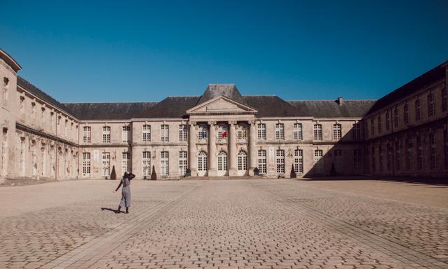 On se sent tout petit devant le Le Château Stanislas à Commercy