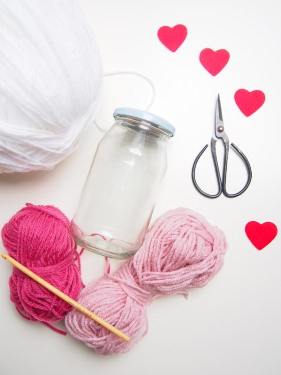 Valentinstag, häkeln, Herz, umhäkeltes Glas, DIY, Herzmuster, Anleitung, Material